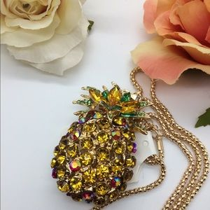 Pretty sparkling pineapple necklace NWOT